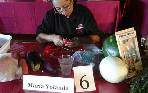 Maria Yolanda carving at the Thai competition